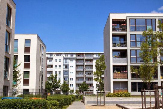 image d'un immeuble en plein été