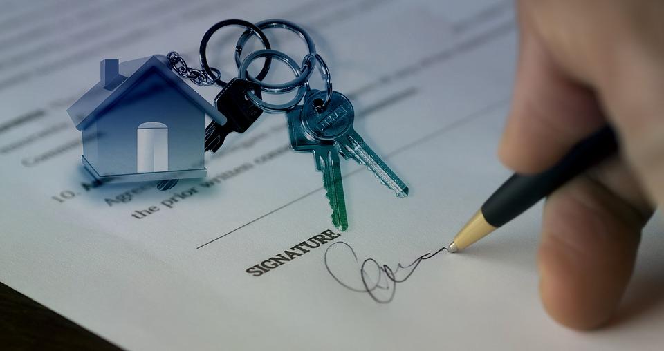 clés posées sur un contrat d'achat immobilier