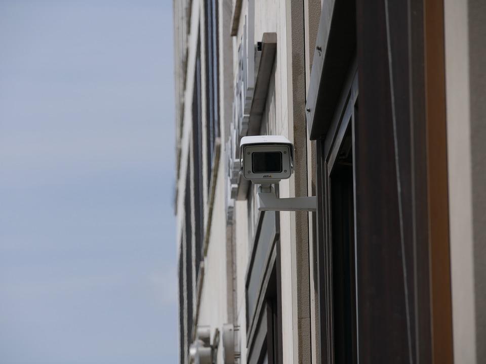 Caméra de surveillance dans la rue